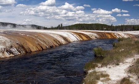 Ujęcie wykonane w Yellowstone. Rzeczka omijała obszar gejzer, dzieląc śmierć i życie.