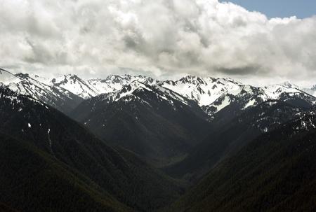 Śnieg górski  ośnieżone szczyty z pochmurnego nieba w Seattle, Mount Rainier National Park