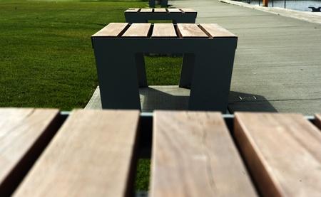 Proste ławki w parku publicznym na wiosnę.