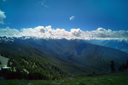 Snow Mountain panorama półwysep z chmury i drzew w lecie. Zdjęcie Seryjne