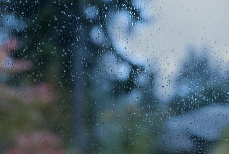 Krople wody na malownicze okno