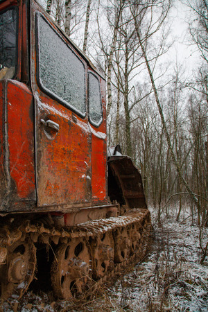 Rusty abandoned caterpillar snow tractor on winter surrounding, russia Banque d'images