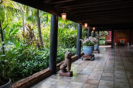 美しい庭のジム トンプソンの家博物館バンコク、タイでのパティオ。