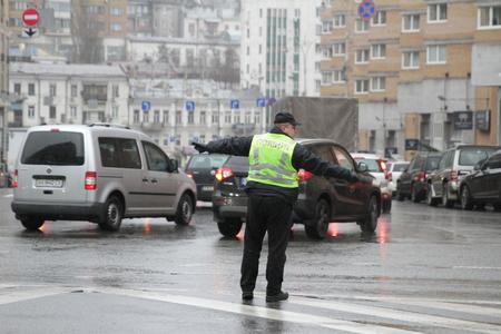 Kiev, Ukraine - November 29, 2017. Policeman regulates traffic at the crossroads in Kiev. Banco de Imagens - 90729975