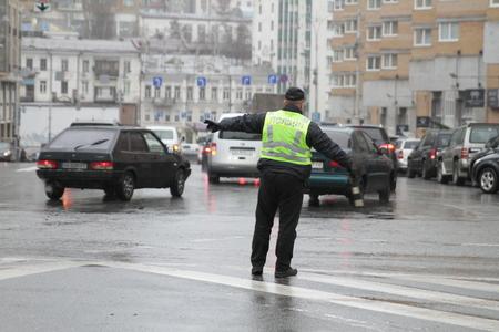 Kiev, Ukraine - November 29, 2017. Policeman regulates traffic at the crossroads in Kiev. Banco de Imagens - 90729972