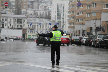 Kiev, Ukraine - November 29, 2017. Policeman regulates traffic at the crossroads in Kiev. Banco de Imagens - 90729977