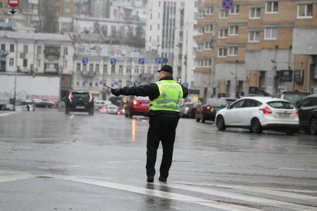 Kiev, Ukraine - November 29, 2017. Policeman regulates traffic at the crossroads in Kiev. Banco de Imagens - 90729976