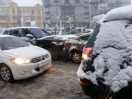 キエフ、ウクライナ、2017年12月。雪の間の冬の市内の雪に覆われた道路での道路交通事故 写真素材 - 92080150
