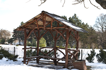 Empty arbor among the winter forest. Pavilion for a picnic in the winter forest. Stockfoto