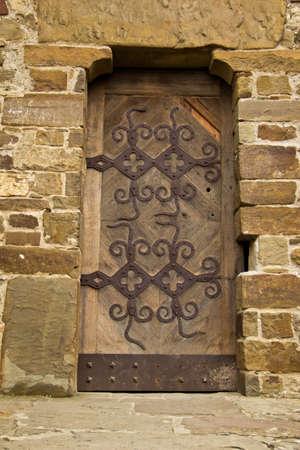 guarniciones: puerta de madera en una antigua fortaleza, que viven racores forjados