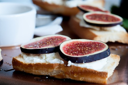 queso de cabra: Bruschetta con queso de cabra y los higos, delicioso.