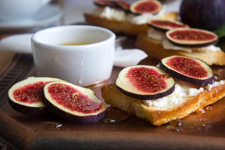 queso cabra: Bruschetta with goat cheese and figs on a coppet tray.