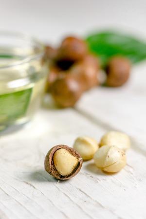 Aardige macadamia noten op de witte houten tafel Stockfoto
