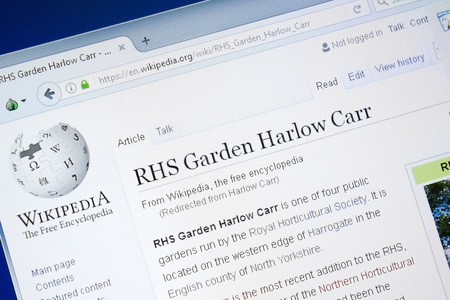Ryazan, Russia - August 28, 2018: Wikipedia page about RHS Garden Harlow Carr on the display of PC Banque d'images - 107610438