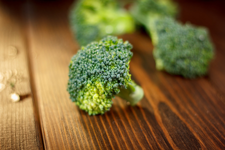 Beautiful broccoli crowns on a wooden board. Stockfoto