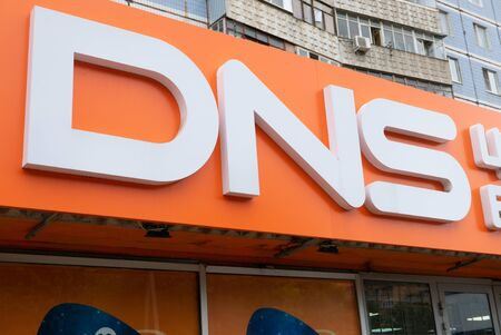 Ryazan, Russia - July 27, 2019: DNS shop logo on the top of market. 新聞圖片