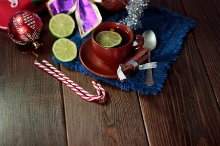 Christmas tea on wooden table with lime and candy canes Stockfoto
