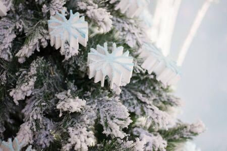 Big white snowflakes on christmas tree as celebration background 版權商用圖片