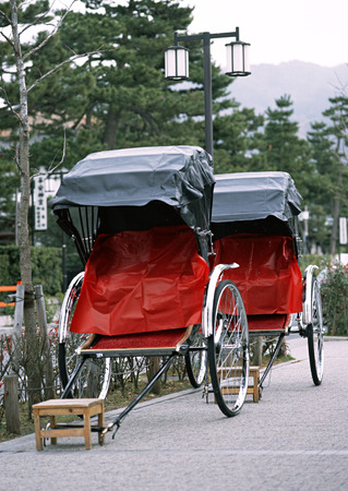 Japanese old and traditional tourist red and black rickshaw Imagens