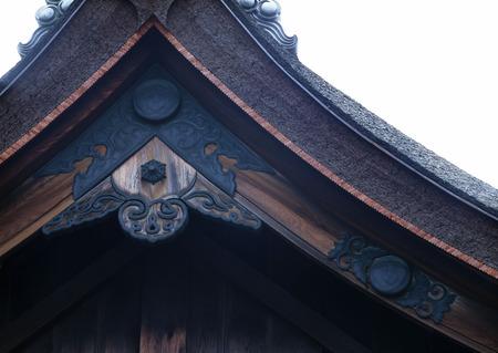 Japanese old shrine entrance roof black wooden decoration background Banque d'images
