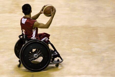 discapacitados: Baloncesto silla de ruedas para las Personas con Discapacidad (Hombres)  Foto de archivo