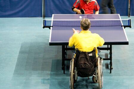 hombre deportista: Silla de ruedas de tenis de mesa para personas con discapacidad  Foto de archivo