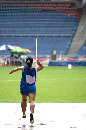 lanzamiento de jabalina: Javelin Tira de la Mujer para las personas con discapacidad Foto de archivo