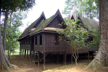 zancos: Casa tradicional tailandesa Foto de archivo