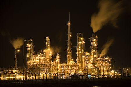 Refinería de petróleo en la noche