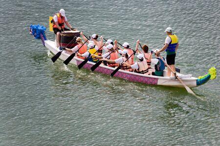 bateau de course: Course De Bateau De Dragon Banque d'images