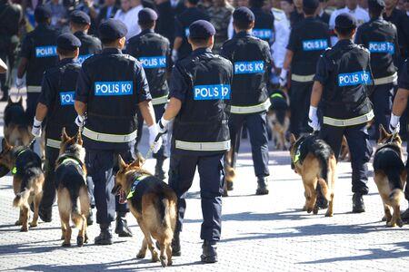 perro policia: Imagen de la unidad canina de polic�a marchando a un desfile.