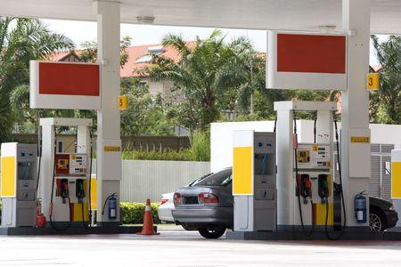 bomba de gasolina: Imagen de una gasolinera con un autom�vil que se refulled.  Foto de archivo