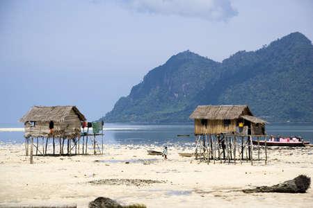 zancos: Imagen de la isla nativa chozas sobre pilotes y una casa-barco.