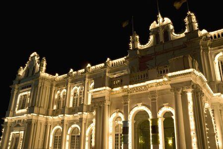 colonial building: Imagen nocturna de un antiguo edificio colonial brit�nica construcci�n se encuentra en el sitio del Patrimonio Mundial de Georgetown, Penang, Malasia.
