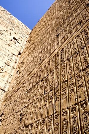 horus: Imagen del templo de Horus, Edfu, Egipto.