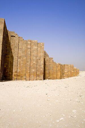 p�rim�tre: Image de le mur d'enceinte � l'�tape de la pyramide de Djoser, Saqqara, Egypt. Banque d'images