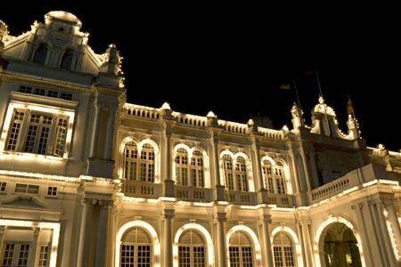 colonial building: Noche de imagen de un viejo edificio colonial brit�nico construido situado en la UNESCO Patrimonio de la Humanidad de Georgetown, Penang, Malasia.