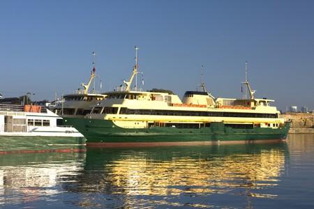 Imagen de un ferry de pasajeros en Mort Bay, Sydney, Australia. Foto de archivo - 4569685