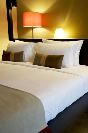 Bild der ein komfortables aussehende Bett.