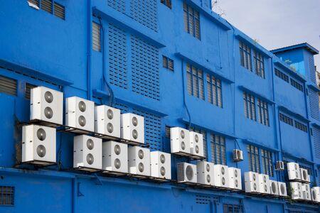 Immagine di Compressori aria condizionata su un edificio blu.