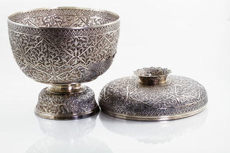 grabado antiguo: Antiguo cuenco de plata tailandesa en el fondo blanco