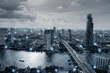 Zwart-witte slimme stad met netwerkverbindingen, communicatie technologieconcept
