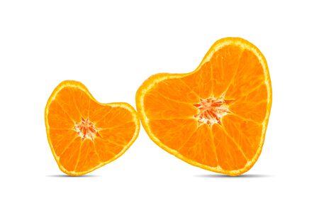 Geschnittene herzförmige Orangenfrucht isoliert auf weißem Hintergrund