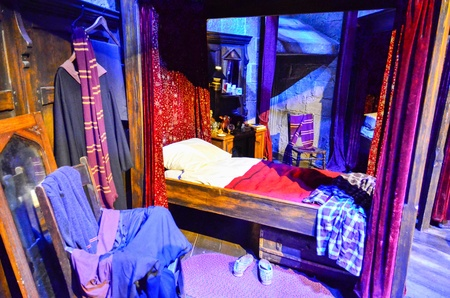 dormitory: Harry Potters bed in the Gryffindor dormitory at Warner Brothers Studio