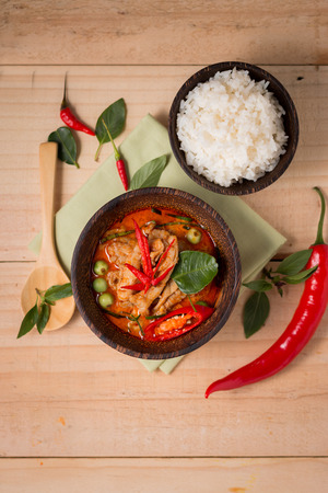 curry: pollo al curry picante con arroz, alimento popular tailand�s.
