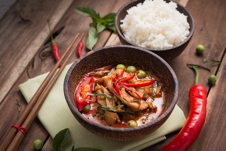 żywności: pikantne curry z kurczaka z ryżem, popularne tajskie jedzenie.