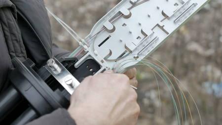Telecommunicatie ingenieur werken met optische koppeling