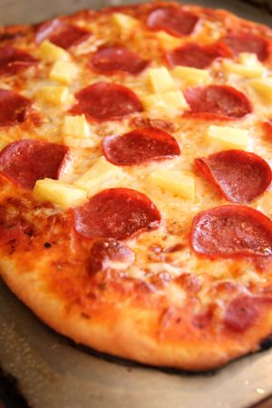 Frische, handgemachte Pizza frisch und hei� aus dem Ofen. Lizenzfreie Bilder