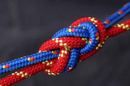 Rote und blaue Seil miteinander verbunden, eine Acht-Knoten. Lizenzfreie Bilder
