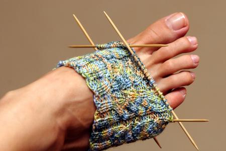 Stricken Sie teilweise Socke erprobt zu einer Frau Fu�. Lizenzfreie Bilder